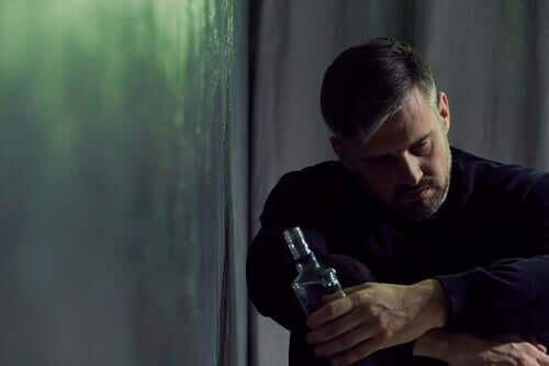 Uomo che soffre di alcolismo