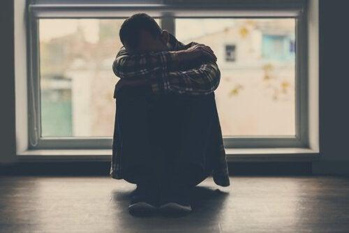 Uomo rannicchiato si sente in colpa