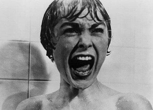 Urla sotto la doccia psyco