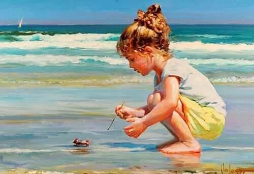Bambina in spiaggia che gioca