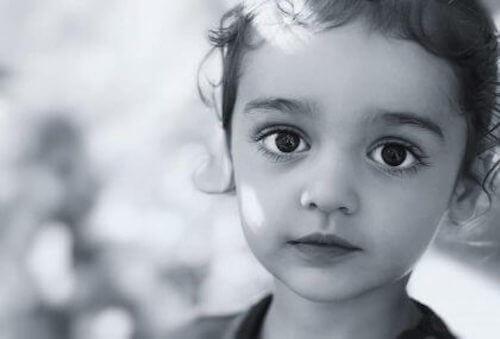 Volto di bambino con occhi neri