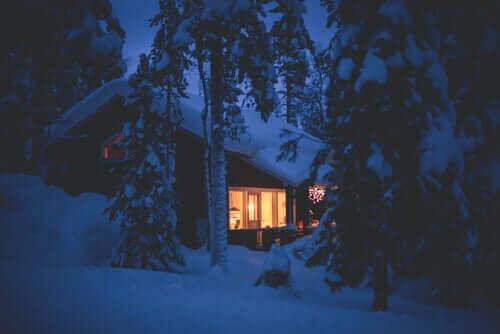 Cottage in un paesaggio innevato