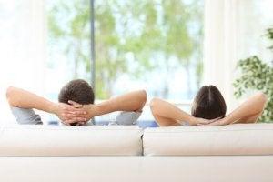 Giovane coppia riposa sul divano di casa