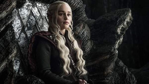 Daenerys Targaryen seduta sul trono
