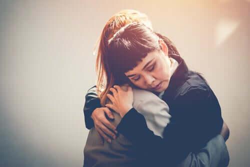 Due persone che si danno un abbraccio