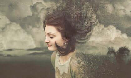 Donna con capelli in aria