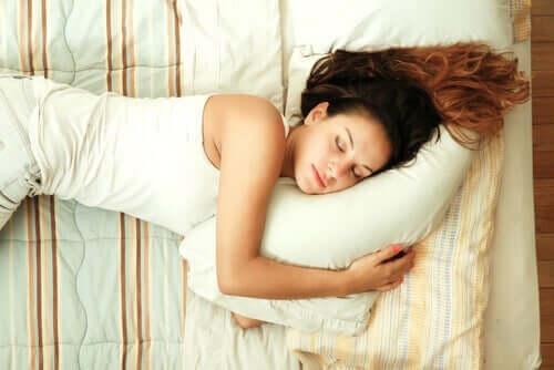 Donna che dorme con sonno profondo