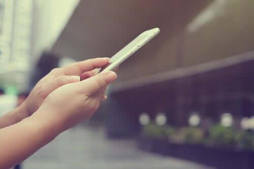 Donna con smartphone come essere disconnessi