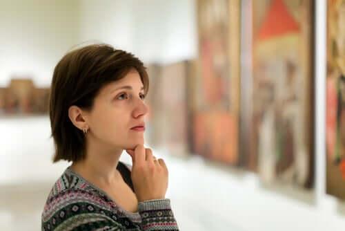 Donna davanti a un quadro
