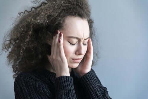 Donna mal di testa gli effetti della preoccupazione