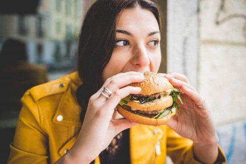 Giovane consuma cibo spazzatura nuoce al cervello