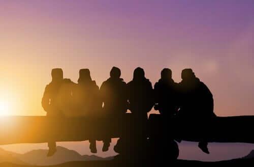 Amici seduti che guardano il tramonto