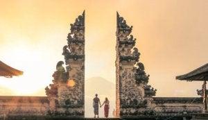 I pilastri dell'amore persone che entrano in una porta