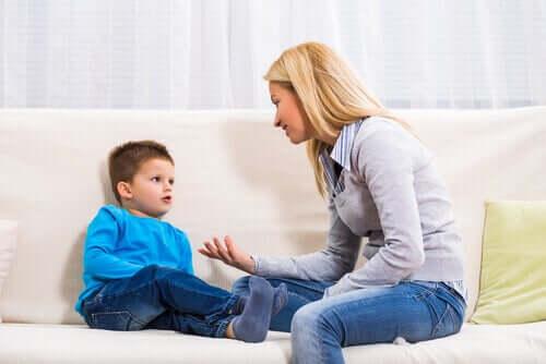 Madre che parla al figlio etichettare