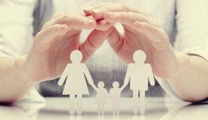 Famiglia di carta sul tavolo