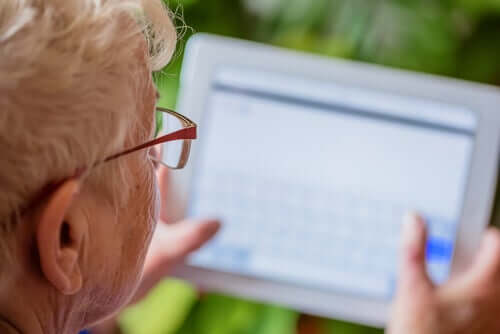 Persona anziana con tablet
