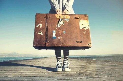 Persona con valigia andare a vivere all'estero