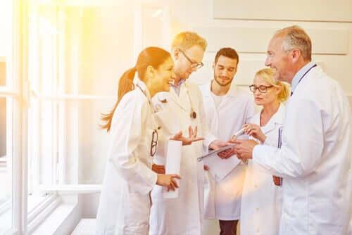 Umorismo tra gruppo di medici