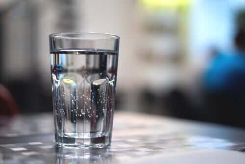 Un bicchiere di acqua