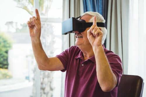 Uomo anziano e visore per realtà virtuale