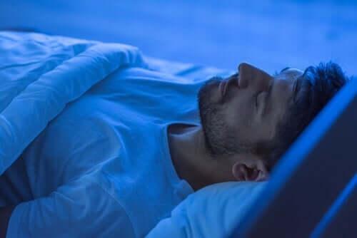 Uomo che dorme in un letto