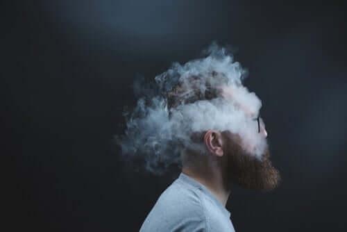 Uomo con testa fumante rabbia nascosta
