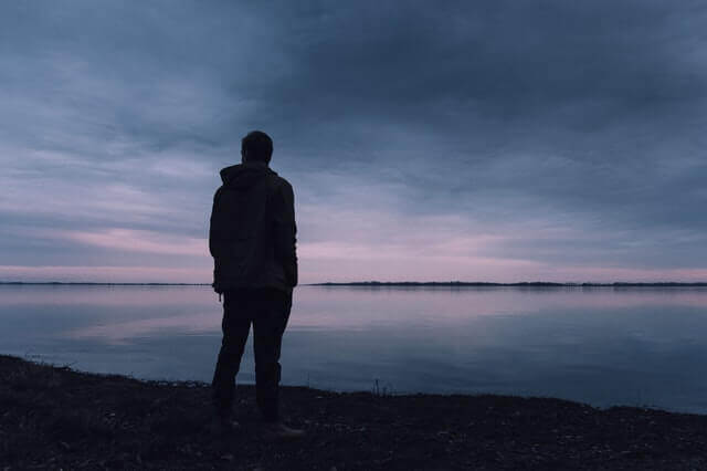 Uomo che guarda verso il mare