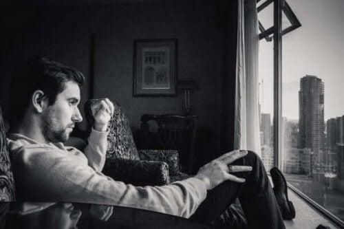 Uomo seduto davanti alla finestra