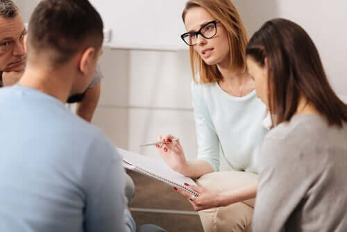 Intervento psicosociale con assistente sociale e utenti
