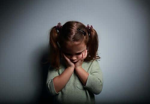 Bambina triste che soffre di depressione infantile
