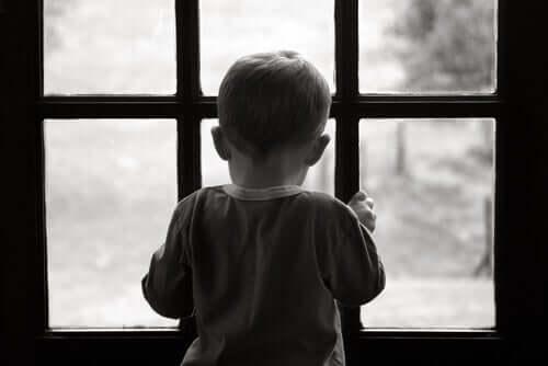 Bambino che guarda dalla finestra