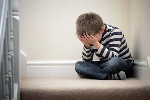 Bambino ansioso con problemi di fobia scolare