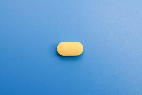 Pillola gialla su sfondo azzurro