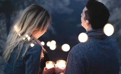 Coppia con candele