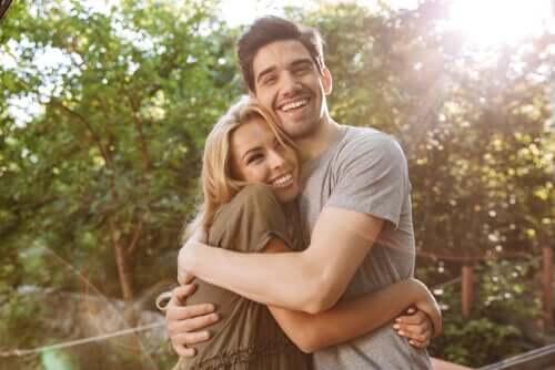 Coppia felice che si abbraccia