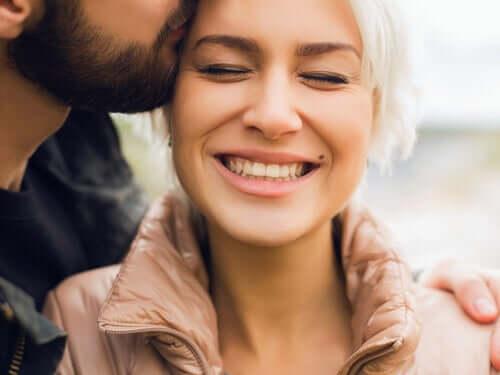 Coppia innamorata e sorridente