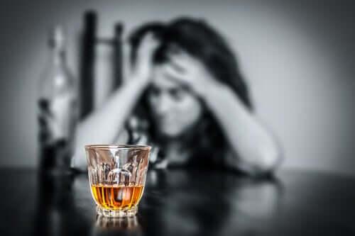 Donna che soffre di alcolismo