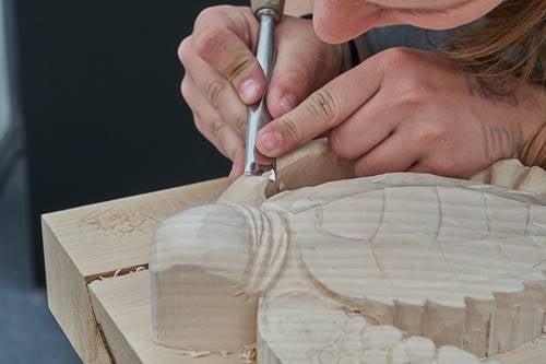Ragazza che incide il legno