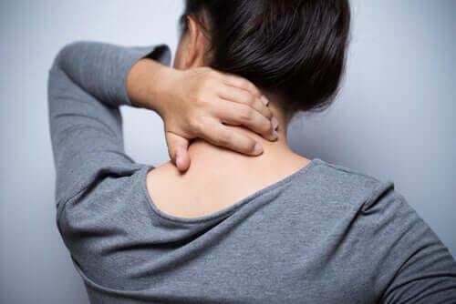 Donna con mal di collo