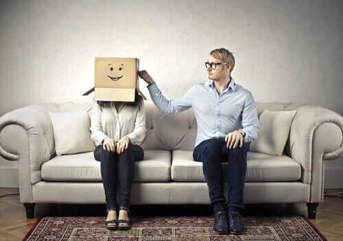 Donna con la testa in una scatola e uomo