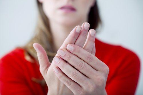 Donna con tremore alla mano