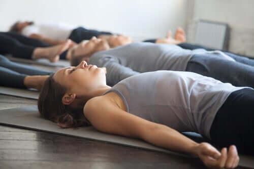 Donna che esegue il rilassamento muscolare progressivo