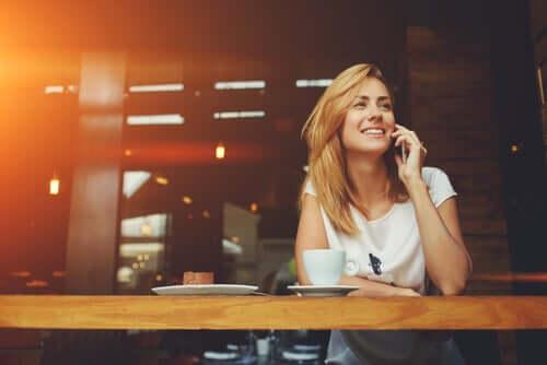 Donna che sorride mentre parla al telefono