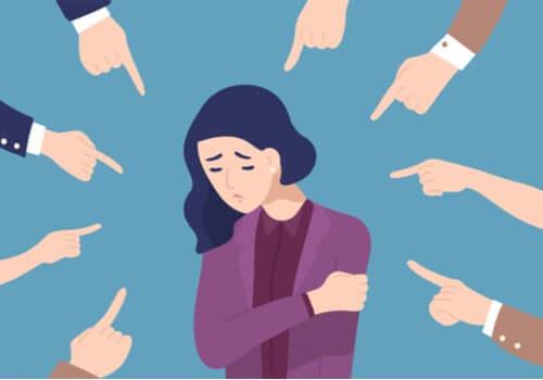 Donna con dita puntate contro dopo i pulsanti emotivi