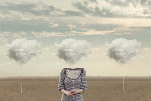 Donna con la testa tra le nuvole a causa del lavaggio del cervello