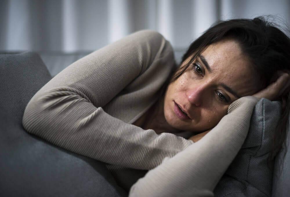 Donna triste che piange