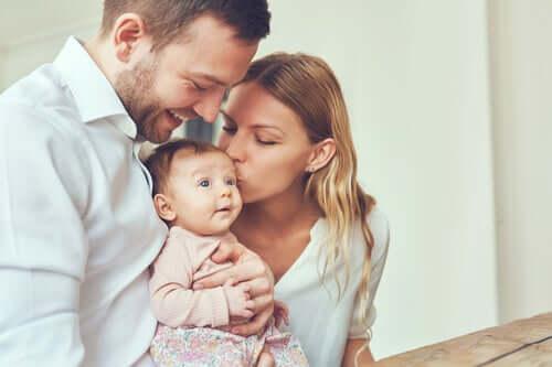 Genitori con figlio neonato