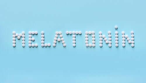 Scritta con pillole di melatonina