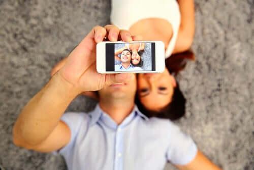 Coppia che si fa un selfie e affanno di apparire felici