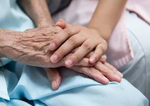 Mani di donna giovane che offre assistenza alle persone non autosufficienti